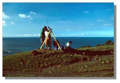 Installation d'un point de mesures géodésiques (GPS) à proximité du volcan Yasur. La géodésie est la science qui a pour objet l'étude de la forme, des dimensions et du champ de gravitation de la Terre. Ile de Tanna, Vanuatu. © IRD/Michel Lardy