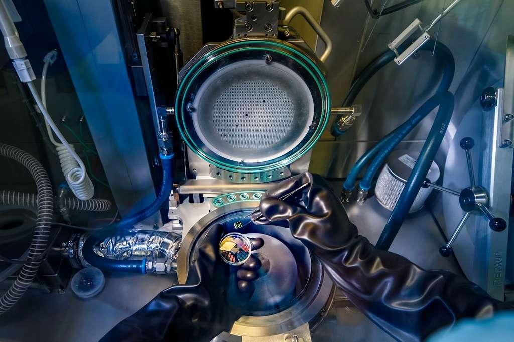 C'est par épitaxie en phase vapeur aux organométalliques, à l'intérieur de cette machine, que les chercheurs de l'université de technologie d'Eindhoven (Pays-Bas) ont fabriqué leur alliage à structure hexagonale à base de germanium et de silicium. © Nando Harmsen, Université de technologie d'Eindhoven