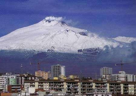 Au cours des quatre derniers siècles, les volcans ont tué 281.000 personnes dans le monde (dont 60 % dans l'archipel indonésien). Ci-dessus : le plus haut volcan actif d'Europe (3.300 mètres d'altitude) surplombe la ville de Catane Sicile. © P. Bourseiller