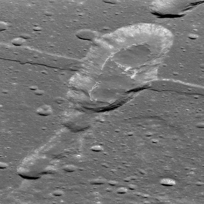 L'IMP Sosigenes est de forme ovale avec des dimensions de 3 km et 7 km environ, respectivement pour sa largeur et sa longueur, et une profondeur de 300 m environ. Le nombre de cratères sur les coulées de lave basaltiques qui le constituent suggère que les éruptions qui les ont produites ont eu lieu il y a seulement environ 18 millions d'années. © Nasa/GSFC/Arizona State University