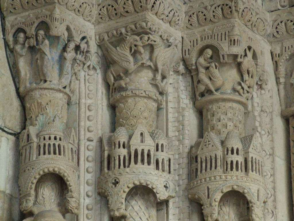 Chapiteaux sculptés surplombant les statues-colonnes d'un portail de la cathédrale Saint-Étienne de Bourges. © DP