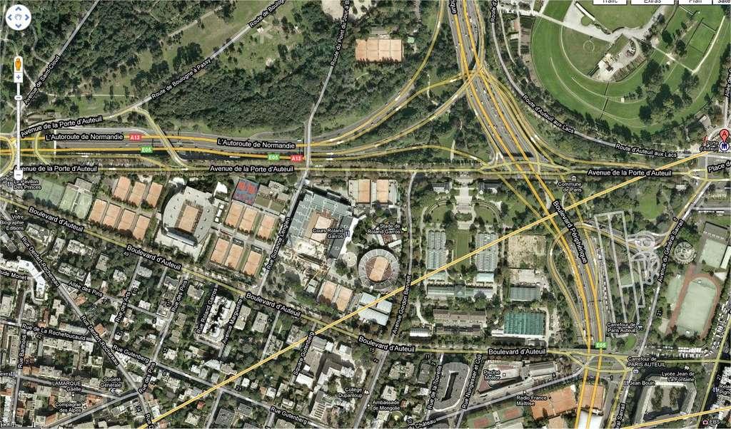 À l'est, le périphérique, qui a déjà croqué un tiers du jardin en 1968. Au nord, l'avenue de la Porte d'Auteuil et le bois de Boulogne. Au sud, la commune de Boulogne-Billancourt. À l'est, les courts de tennis. © Google Maps