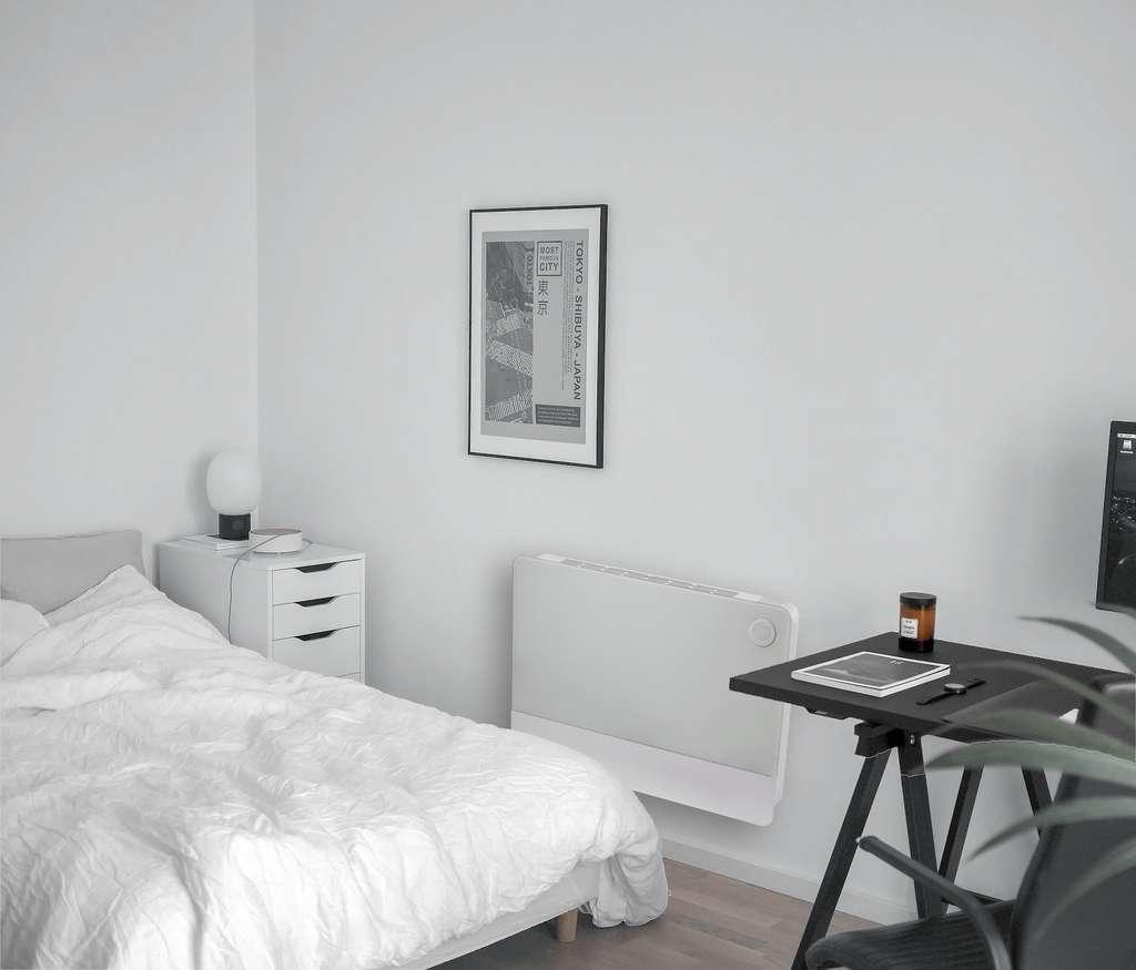 Le radiateur intelligent à batterie intégrée Lancey Capella installé dans une chambre. © Lancey Energy Storage