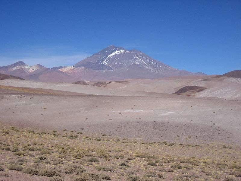 Le Llullaillaco est un volcan qui culmine à 6.739 m d'altitude, ce qui fait de lui le sixième plus haut sommet de l'Amérique du Sud. Il abrite le site archéologique le plus élevé de la planète. © Lion Hirth, Wikimedia Commons, DP