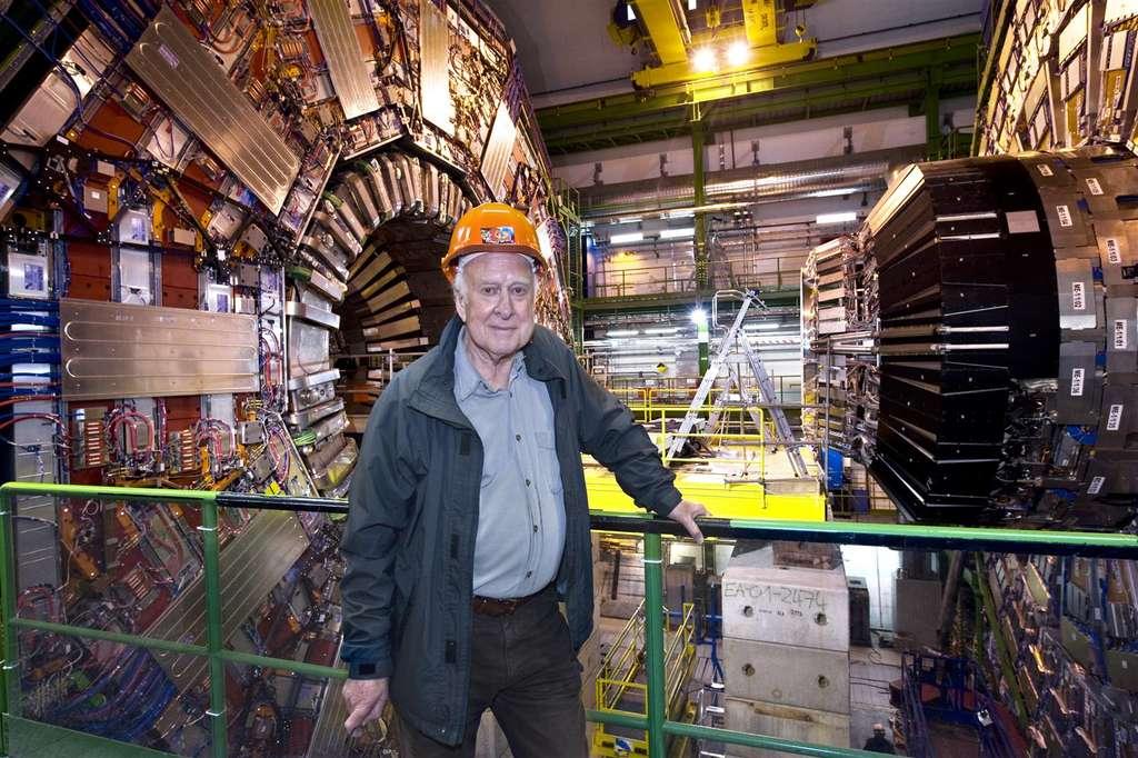 Peter Higgs devant le détecteur CMS. © Cern