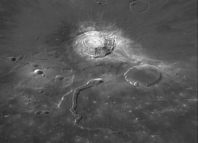 La vallée lunaire de Schröter, l'exemple le plus impressionnant d'un tunnel de lave effondré. © W. Higgins