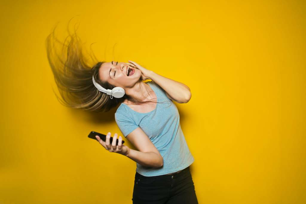 Écouter de la musique trop forte peut entraîner des lésions au niveau de l'oreille interne. © Bruce mars, Unsplash