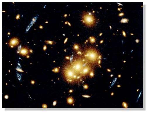 Effet de déformation de l'apparence des galaxies par l'effet de lentille gravitationnelle dû à la matière noire.