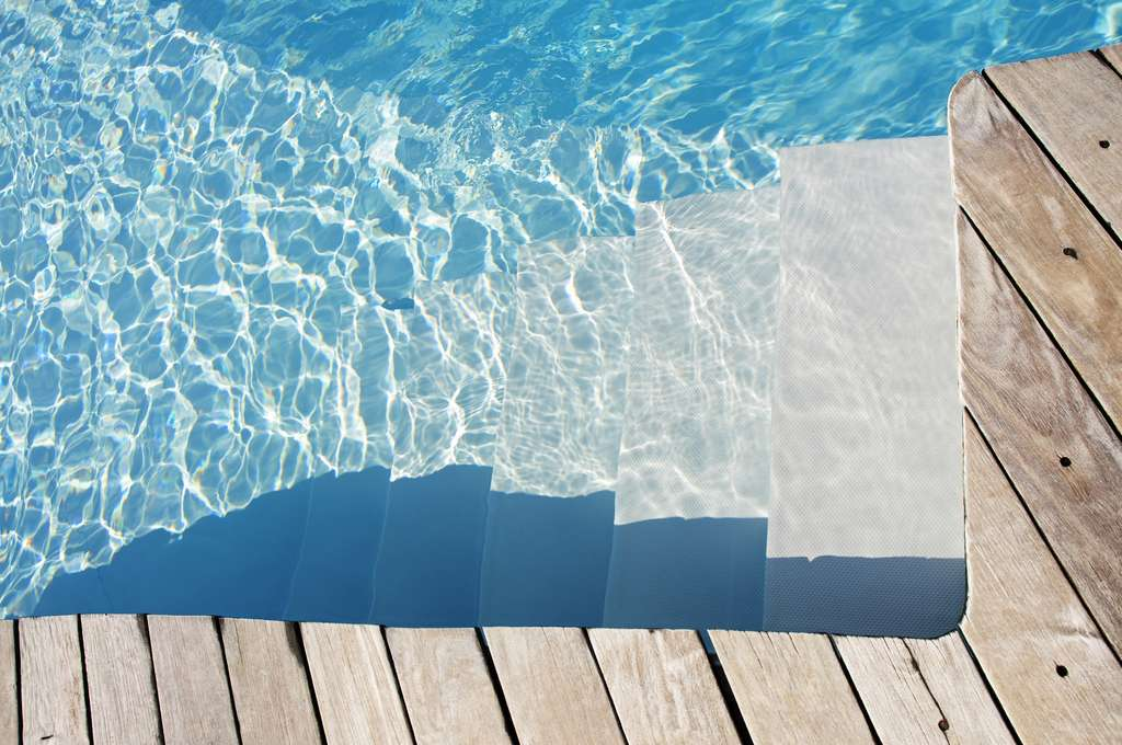 Une piscine peut perdre jusqu'à 3 % de son volume d'eau par évaporation lorsqu'il fait chaud. © Souchon Yves, Fotolia