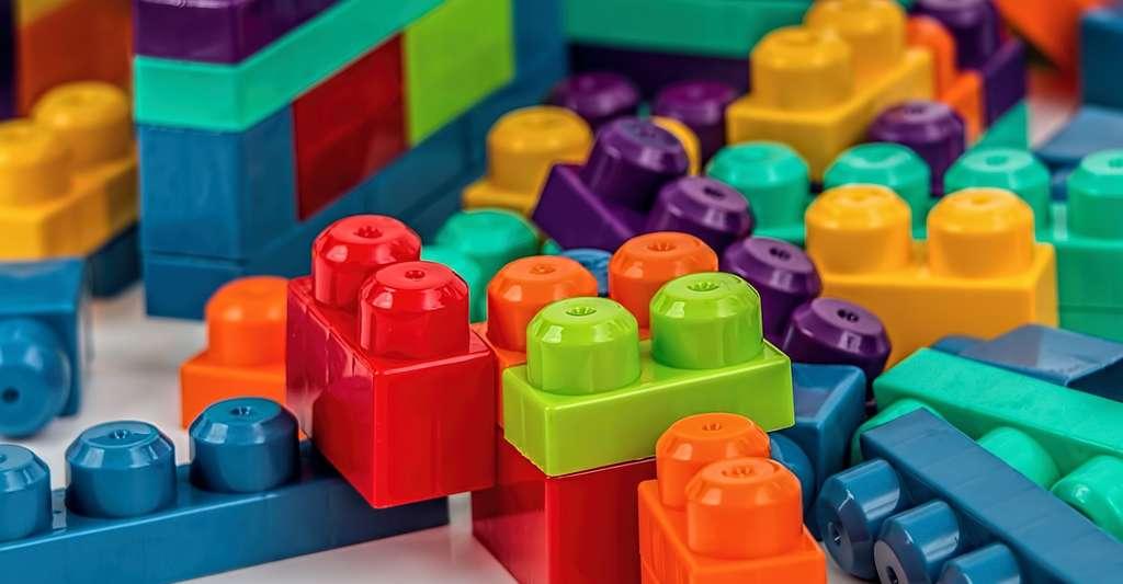 Attention, lorsqu'il s'agit de coller des plastiques : les solvants ont la fâcheuse tendance à abîmer certains d'entre eux. Il faut donc bien se reporter aux consignes de l'emballage. © stevepb, Pixabya, CC0 Creative Commons