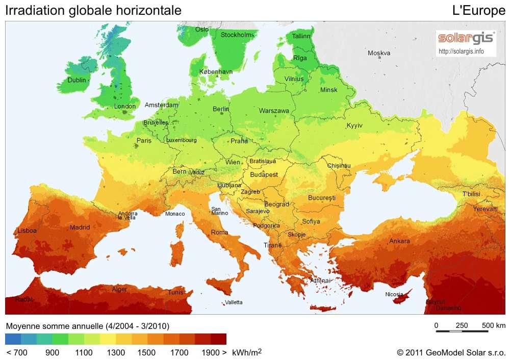 Irradiation solaire moyenne de l'Europe entre avril 2004 et mars 2010. Les valeurs (voir l'échelle colorimétrique) sont exprimées en kWh/m2. Plus les teintes sont rouges, plus il est intéressant d'installer des panneaux photovoltaïques. © SolarGIS, GeoModel Solar, 2011
