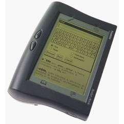 (Cliquer pour agrandir.) Ecran verdâtre aux allures de calculatrice géante, le Rocket ebook et ses pairs ne sont pas parvenus à convaincre. © Franklin Electronics