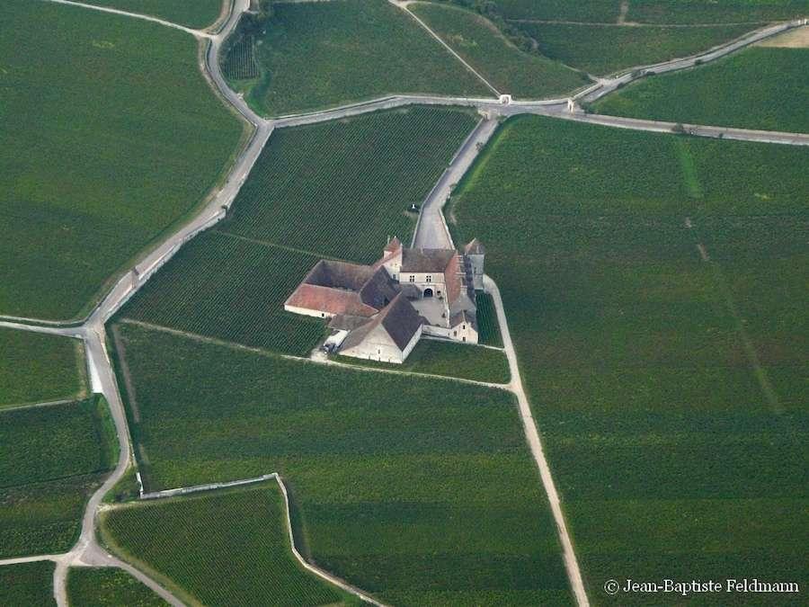 Vue aérienne du château du Clos de Vougeot prise depuis une montgolfière. Retrouvez les photos du ciel de Jean-Baptiste Feldmann sur son blog Cielmania. © Jean-Baptiste Feldmann