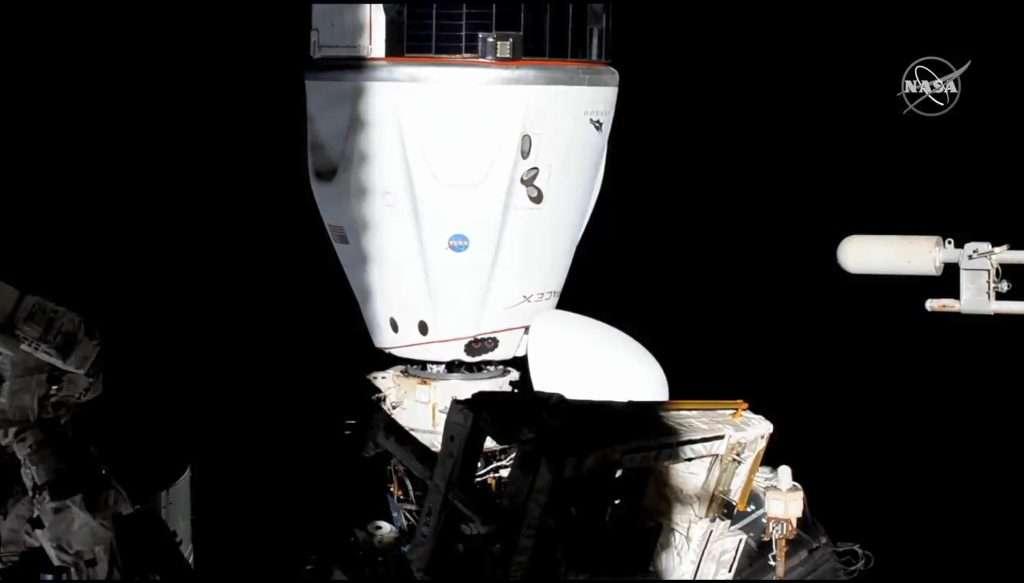 Le SpaceX Crew-2 Dragon est représenté après avoir manœuvré jusqu'à l'adaptateur d'amarrage international orienté vers l'espace du module Harmony. © Nasa TV
