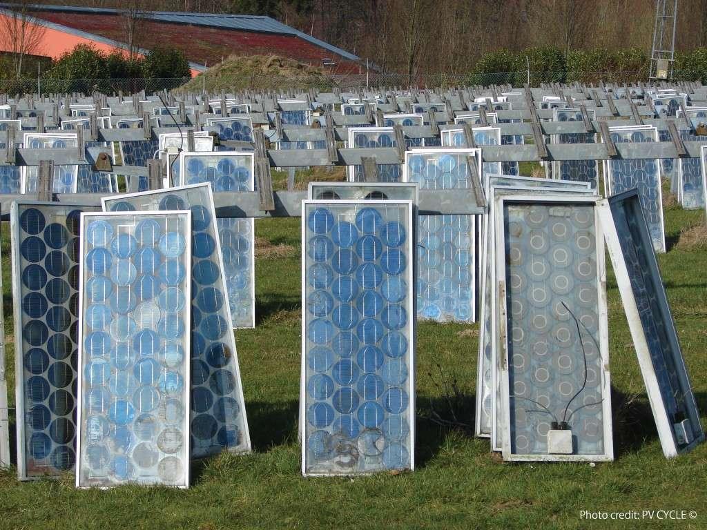 Ces panneaux photovoltaïques sont arrivés en fin de vie. Ils attendent d'être recyclés. Leur silicium pourra être réutilisé quatre fois par la suite. © PV Cycle