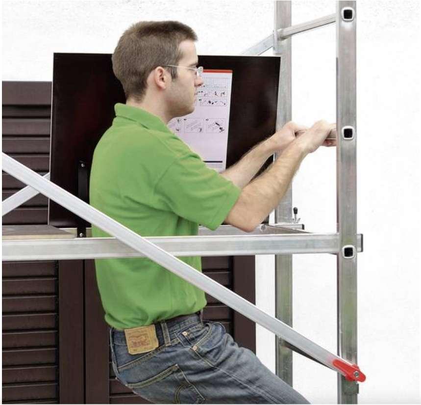 La trappe d'accès permet d'accéder à la plateforme de la manière la plus sûre. Le faire de l'extérieur de l'échafaudage est risqué. La trappe doit rester fermée pendant le travail. © Hornbach