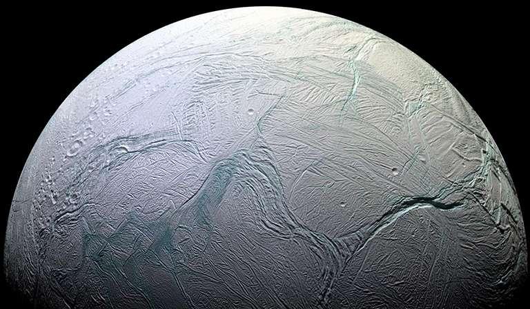 Les fractures dans la croûte de glace d'Encelade (en fausses couleurs), observées en 2005 par la sonde Cassini. © Nasa, JPL, Caltech, SSI