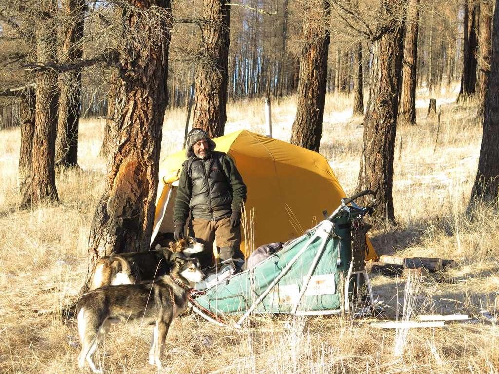 Nicolas Vanier dans les montagnes de Mongolie. La neige est rare car l'automne a été moins froid que d'habitude. © Taïga