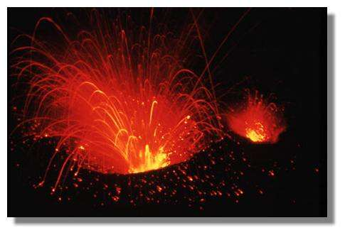 Explosion strombolienne dans le cratère du Yasur. © IRD/Pierre Evin.