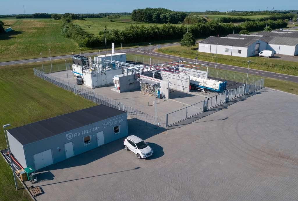 Projet HyBalance d'Air Liquide au Danemark. Mis en service en juin 2018, cet électrolyseur d'une capacité de 1,2 MW est intégré dans un système global permettant de couvrir toute la chaîne de valeur de l'hydrogène : de la production à partir d'énergie éolienne, à son utilisation finale dans les transports et l'industrie. L'hydrogène décarboné produit sur site est en partie utilisé pour alimenter les 5 stations hydrogène du réseau CHN d'Air Liquide au Danemark (Copenhagen Hydrogen Network). © Air Liquide