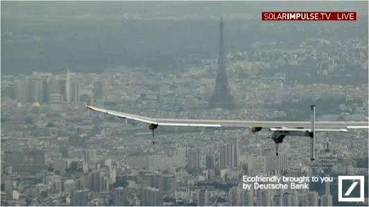 À 21 h 05, un hélicoptère a rejoint l'avion solaire qui descend doucement vers Le Bourget, au nord de Paris. © Solar Impulse