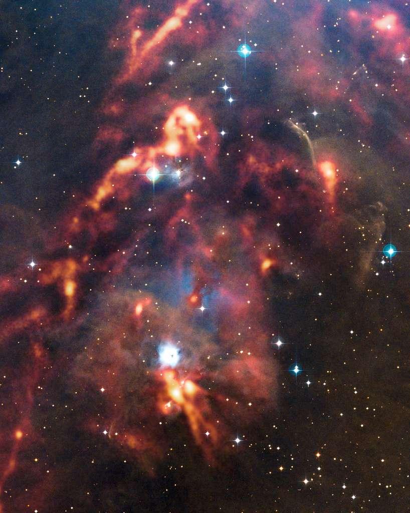 Une nouvelle image du télescope Apex (Atacama Pathfinder Experiment) au Chili montre une vue magnifique de nuages de poussière cosmique dans la région d'Orion. Alors que ces nuages interstellaires denses semblent sombres et obscurs sur les observations en lumière visible, la caméra Laboca d'Apex peut détecter le rayonnement de chaleur de la poussière et révéler l'emplacement caché où se forment les nouvelles étoiles. Cette image montre la région autour de la nébuleuse par réflexion NGC 1999 en lumière visible, avec les observations d'Apex superposées dans les tons brillants orange qui semblent mettre le feu aux nuages sombres. © ESO, Apex (MPIfR, ESO, OSO), T. Stanke et al., Digitized Sky Survey 2