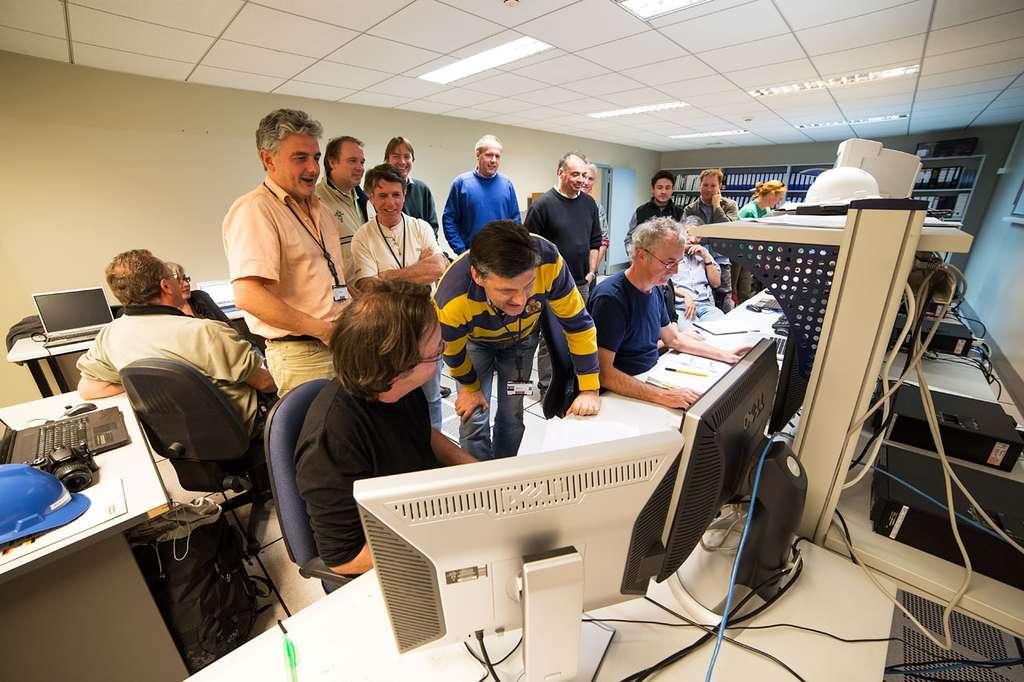 L'équipe KMos dans la salle de contrôle du VLT à l'observatoire de Paranal au moment de la première lumière. KMos est exceptionnel, car il sera capable d'observer 24 objets en même temps dans l'infrarouge. Il étudiera comment les galaxies se sont développées et ont évolué, beaucoup plus vite que ce qui était possible jusqu'à maintenant. KMos a été construit par un consortium d'universités et d'instituts au Royaume-Uni et en Allemagne en collaboration avec l'ESO. © ESO, G. Lombardi