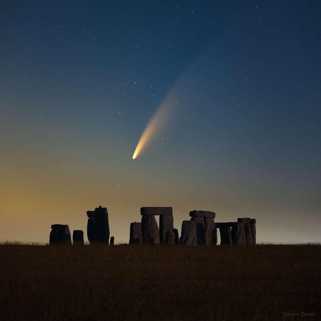 Très belle photo de la comète Neowise, à l'aube, au-dessus du mythique site de Stonehenge. © Declan Deval, Apod (Nasa)