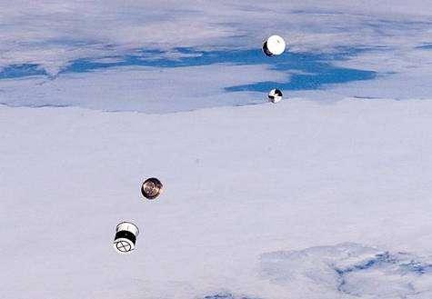 Ouverture du container et libération des deux picosatellites ANDE. Crédit NASA.