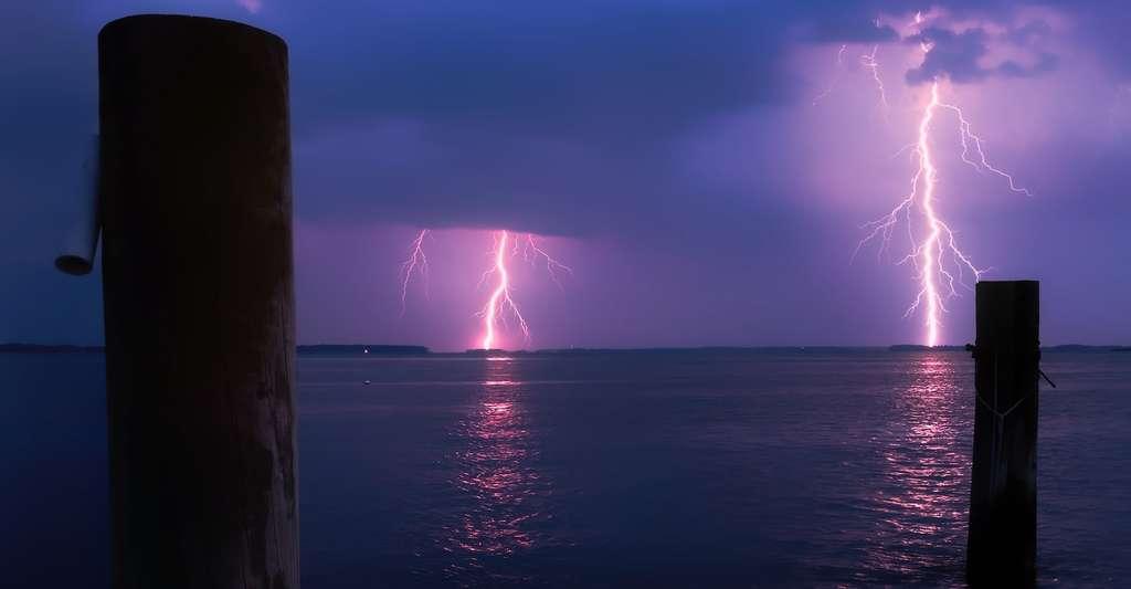 Lorsque vous vous baignez sous l'orage — en mer ou en piscine —, votre tête dépasse et… la foudre aime particulièrement les têtes qui dépassent! © tpsdave, Pixabay, DP