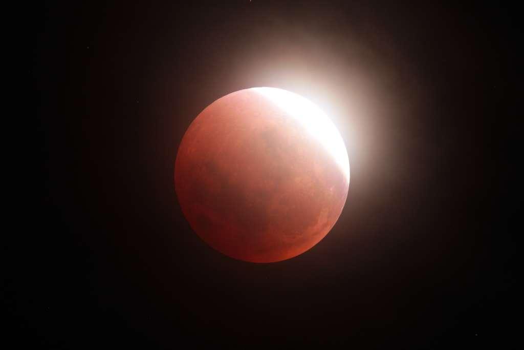 Pleine Lune durant l'éclipse en partie brulée par le Soleil. Photo prise en Nouvelle-Zélande. © John Drummond, Spaceweather