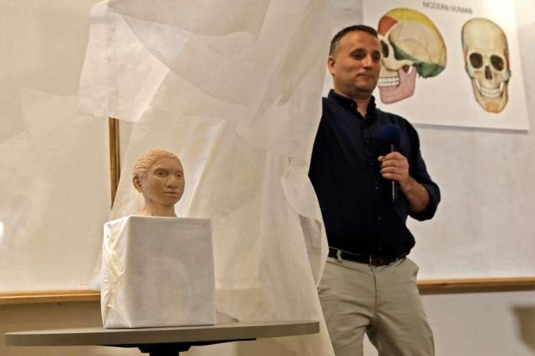 Le professeur Liran Carmel montre à Jérusalem, le 19 septembre 2019, une sculpture en 3D du visage supposé d'un Homme de Denisova. © Menahem Kahana/AFP