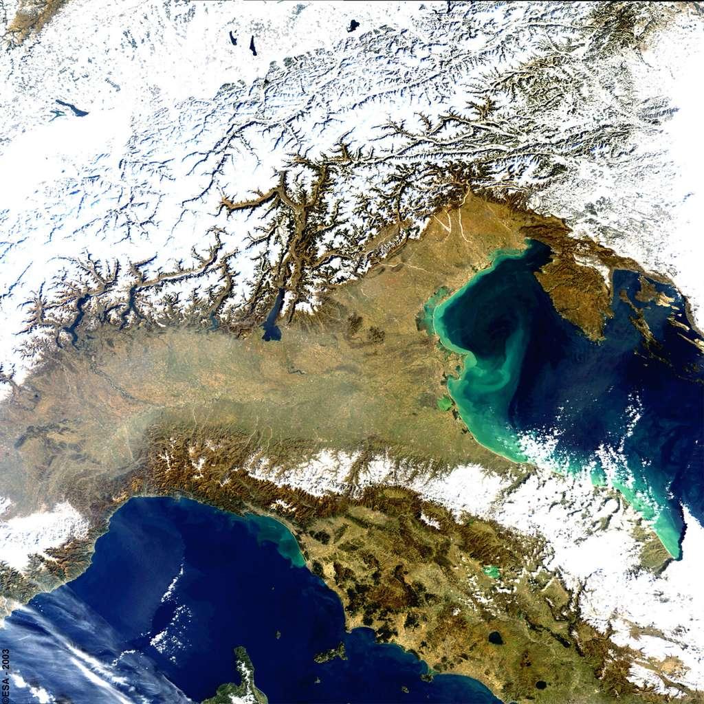 La mesure de la couleur de l'eau aide à mieux comprendre le rôle de l'océan dans le cycle du carbone, et sa capacité à absorber le CO2 dans l'atmosphère. À l'image, une partie de l'Italie photographiée par l'instrument Meris d'Envisat, en 2003. © Esa