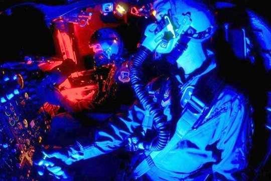 A travers la NSA qui distribue les moyens de cryptographie à l'Armée et la CIA qui assure la sécurité du territoire et des intérêts américains à l'étranger, le réseau ECHELON surveille étroitement les communications militaires dont toutes celles à caractère stratégique établies dans les bandes maritime et aviation. Le cockpit d'un F-111 durant un vol de nuit © Documents USAF et U.S.Navy.