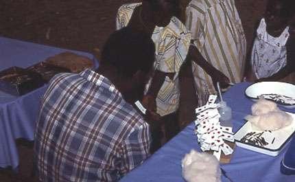 Photo : 22 - Collecte de sang à l'extrémité d'un doigt pour des tests immunologiques (immunofluorescence indirecte). © Gérard Duvallet