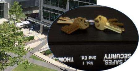 Vue de la terrasse, la table sur laquelle sont posées les clés. En médaillon, la photo qui a servi à leur duplication. © U. de San Diego