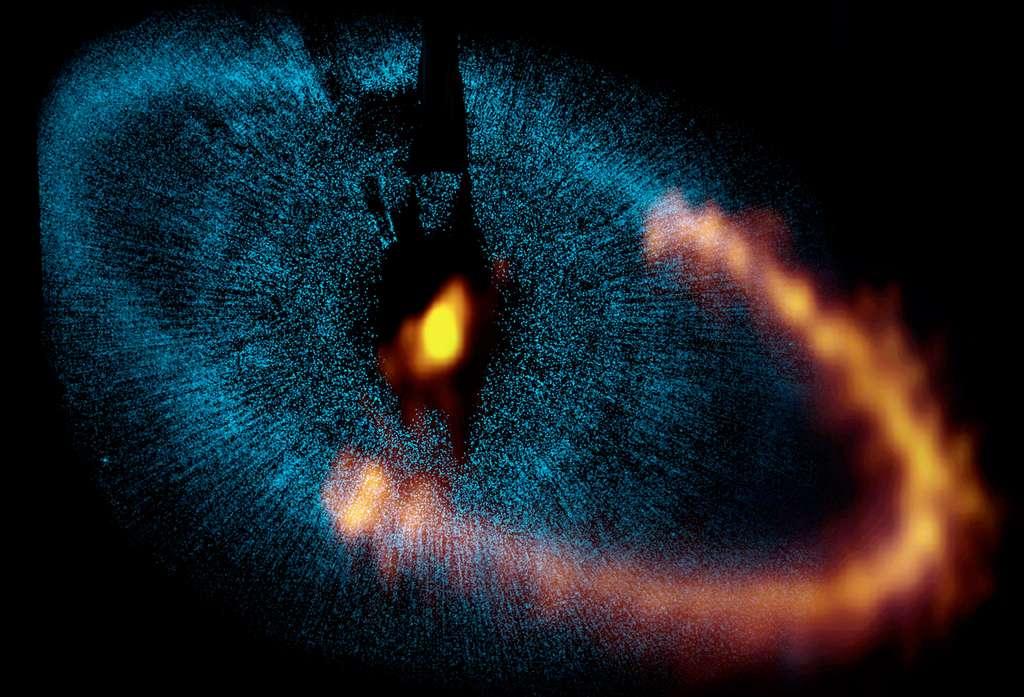 Les observations d'Alma de l'étoile Fomalhaut, autour de laquelle Hubble (les données en bleu) aurait découvert une exoplanète géante, ont mis en doute les premières conclusions sur sa nature. © Consortium Alma