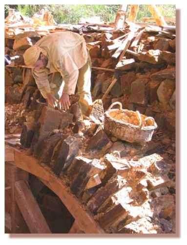 Maçon travaillant sur la voûte d'arêtes de la Tour maîtresse. Ils posent les pierres de voûtain. Voûte réalisée en 2003. © Photo Guédelon