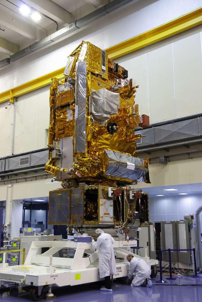 Le satellite Metop-B, lancé en septembre 2012. Il est ici vu en phase finale d'intégration dans l'usine toulousaine d'Astrium (novembre 2011). © Remy Decourt