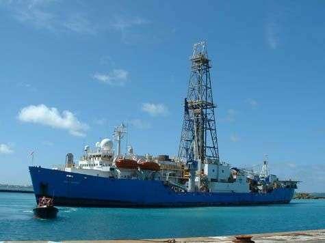 Les profils sismiques et les forages ont été réalisés depuis le JOIDES Resolution, un navire de recherche scientifique spécialisé dans les forages profonds. Il fait 144 m de long, et possède en son centre un derrick de 60 m de haut. © IODP/USIO