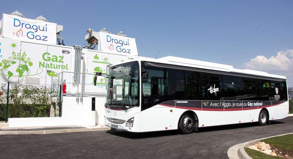 À l'occasion de l'inauguration de la première station Dragui Gaz, un bus roulant au GNV ainsi qu'un véhicule de transport des déchets ont effectué un « tour d'honneur » le 4 juillet 2019. © Pizzorno Environnement