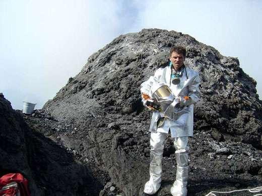 J.-M. Bardintzeff dans le cratère de l'Erta Ale. © J.-M. Bardintzeff, reproduction et utilisation interdites