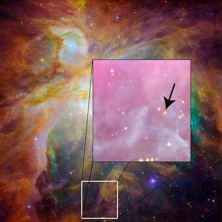 Cliquez pour agrandir. Un zoom sur la nébuleuse d'Orion et le système binaire. Comme les étoiles sont très proches, elles ne sont pas résolues sur l'image et apparaissent comme une seule étoiles pointée par la flèche. Crédit : Nasa-JPL/HST/ David James (Vanderbilt)