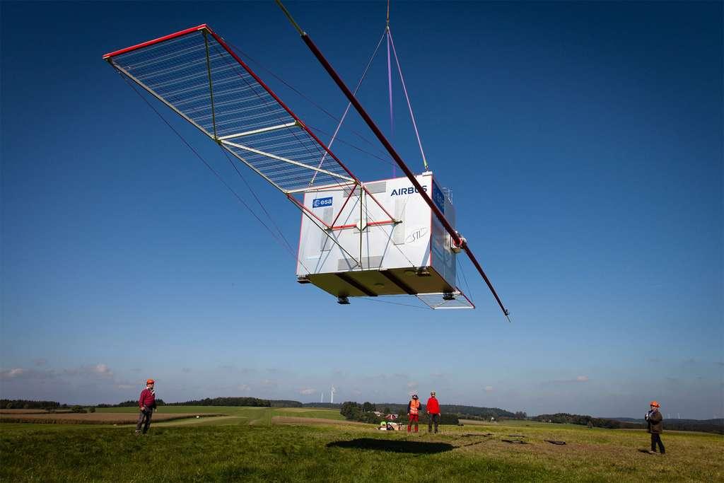 Long de 16,6 mètres, le radar Rime est ici vu avec ses perches, réalisées en matériau composite (PRFC). Avec un diamètre de 4 cm pour une masse d'environ 1.300 grammes, celles-ci sont très fragiles sur Terre. Conçues pour la microgravité spatiale, elles ont été « durcies » avec des tubes en fibres de verre pour leur permettre de résister aux tests et les protéger contre la force du vent. © Airbus