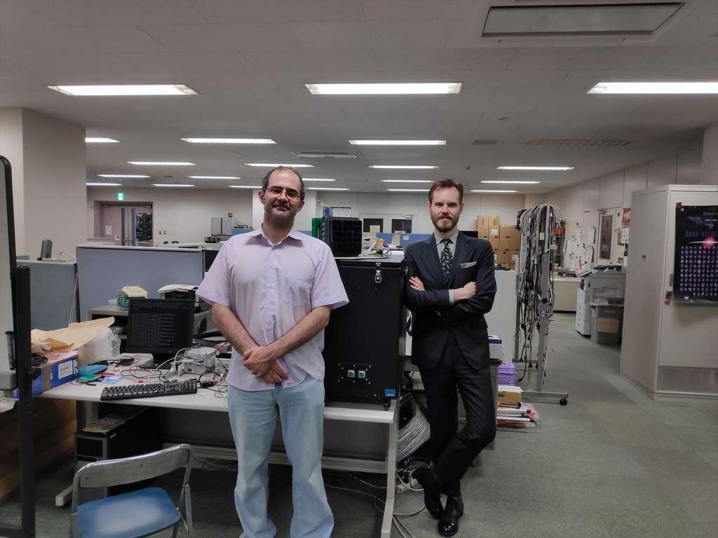 Les chercheurs du projet Mini-Euso, avec Carl Blaksley, physicien chez L'Oréal R&I (à droite) et le Pr Casolino pour Riken. © L'Oréal Recherche & Innovation