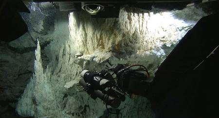 Encore une collecte de gaz à la sortie des évents hydrothermaux. Cliquez pour agrandir. Crédit : University of Washington