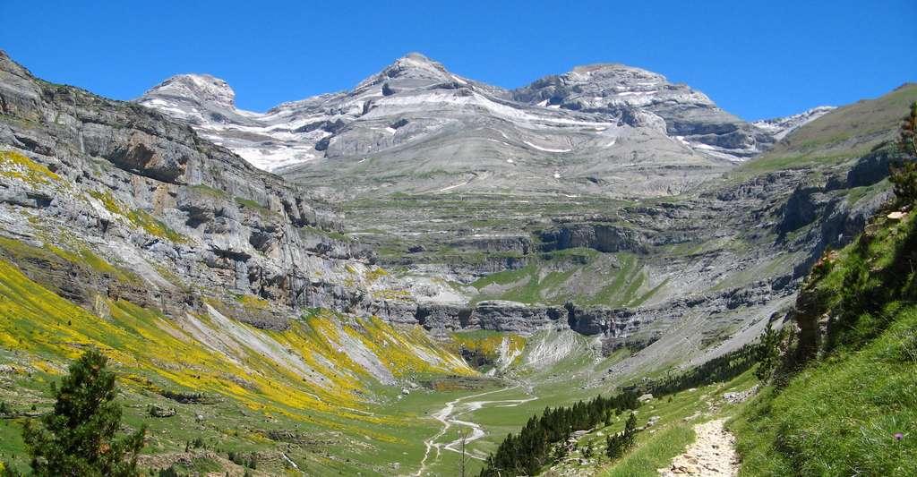 En Europe, la disparition de petits glaciers est prévue dans le site du mont Perdu, dans les Pyrénées – ici au centre de la photo -, d'ici 2040. © Patrick Rouzet, Wikipedia, CC by-SA 3.0