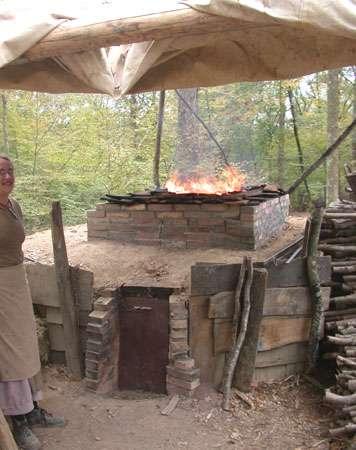 Four contenant tuiles et carreaux de pavement en pleine cuisson. © Guédelon - Reproduction et utilisation interdites - Tous droits réservés