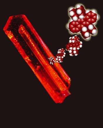 Grâce à sa pureté et à ses propriétés chimiques de surface, le rubrène supplantera peut-être un jour le silicium dans l'électronique. Ici on voit un cristal de rubrène et une représentation de la molécule le composant. © Univ. Paris VI, CNRS, CEA / Univ. Illinois, Urbana / Univ. Rutgers, Piscataway