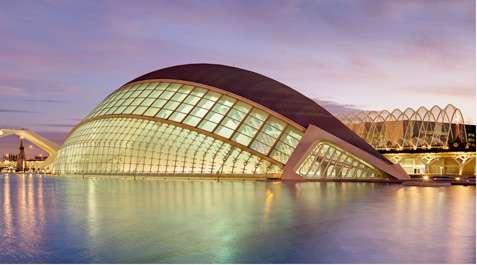 L'Hemisfèric est l'un des bâtiments de la Cité des arts et des sciences de Valence vue de nuit. © Dififf, CC by-sa 3.0